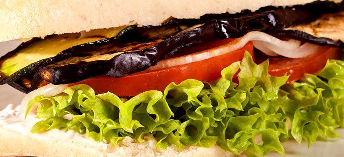 Ciabatta met gegrilde aubergine, tomaat en gebakken ui