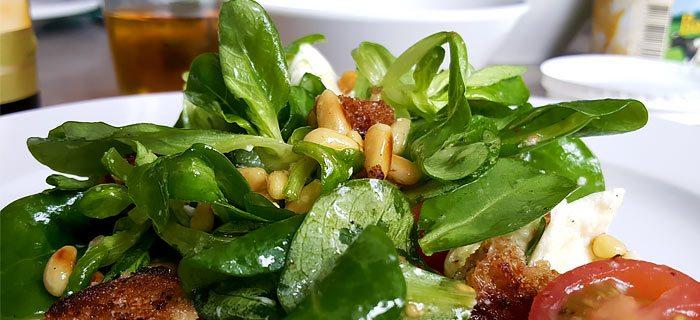 Een supersnelle salade met versgebakken croutons