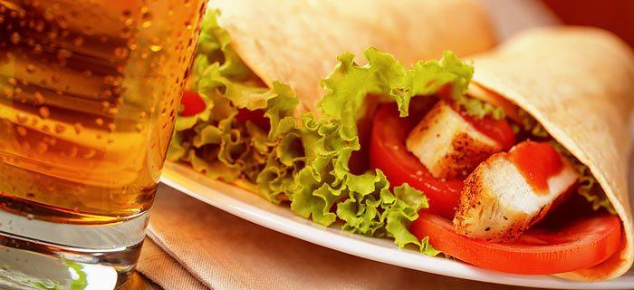 Zelfgemaakte wraps met kip en frisse groente