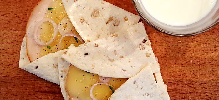 Dichtgeklapte wrap met kipfilet, kaas, sjalot en bieslook