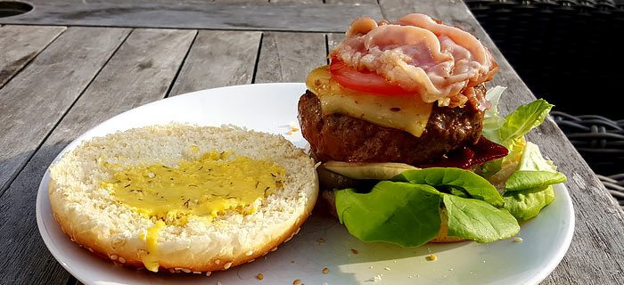 Een heerlijk broodje hamburger met rode biet en honing-mosterddressing