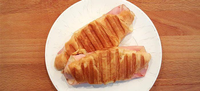 Een croque monsieur, met een croissant
