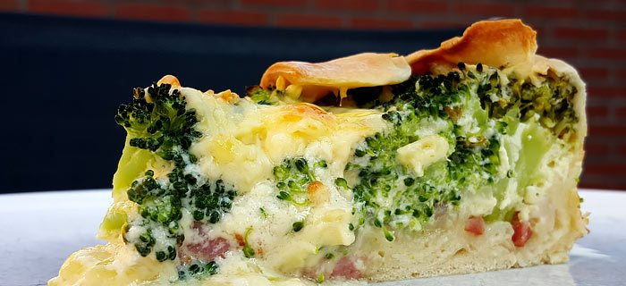 Een heerlijke quiche met broccoli, spekjes en ui