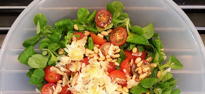 Een supersnelle salade met veldsla, rucola en tomaatjes