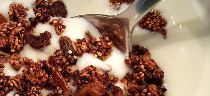 Zelfgemaakte cruesli met quinoa en gedroogd fruit
