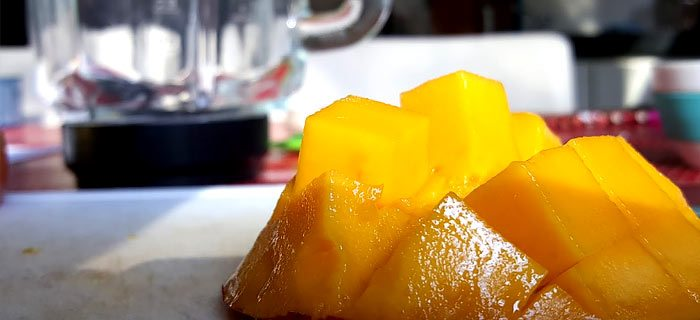 Zo schil je snel een mango