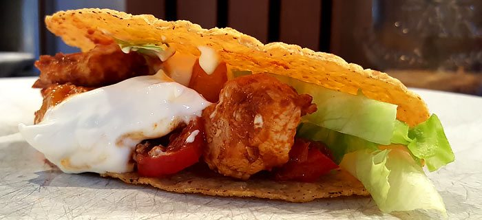 Taco's met blokjes kipfilet, paprika en ijsbergsla