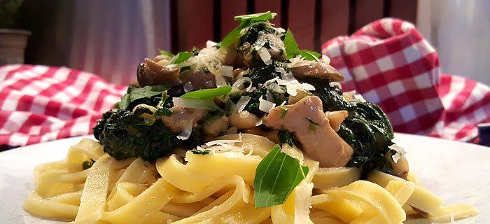 Tagliatelle met spinazie-roomsaus, champignons en kippendij