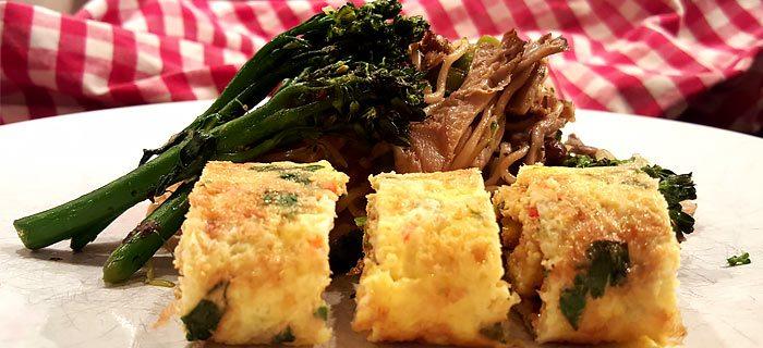 Noedels met roergebakken groenten, paddenstoelen en omelet