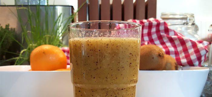 Een supermakkelijke sinaasappel kiwi smoothie