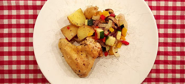 Traybake met paprika, courgette, champignons en kip