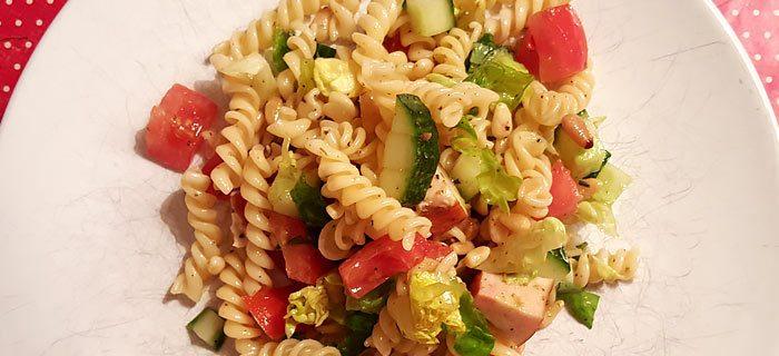 Een makkelijke pastasalade met kip en pesto