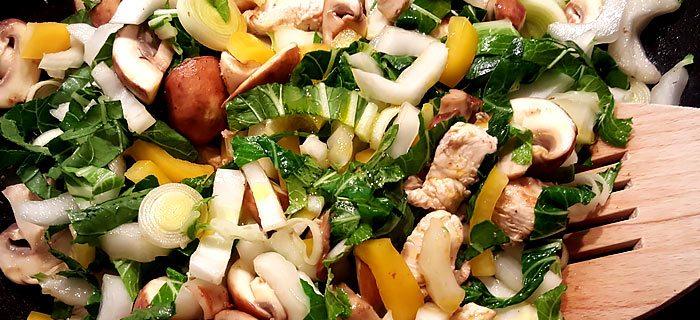 Snelle wraps met zoetzure kip en roergebakken groenten