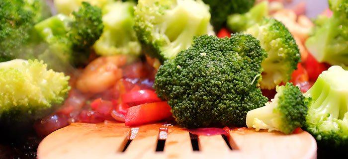 Basmatirijst met roerei, gewokte garnalen en groenten in oestersaus
