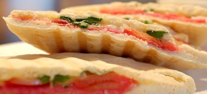 Snelle pitabroodjes met salami, kaas en tomaat