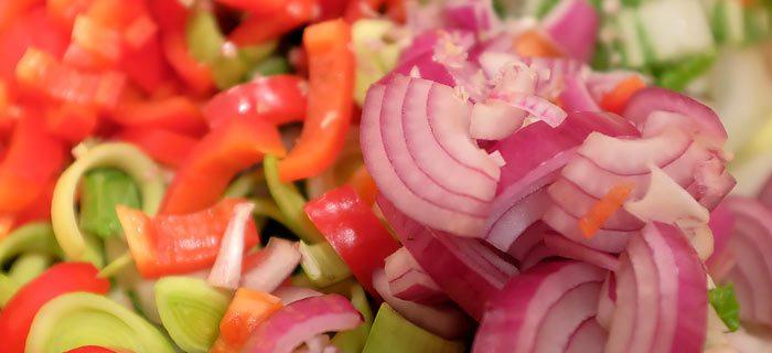 Roergebakken rijst met in sojasaus gemarineerde kippendij en groenten