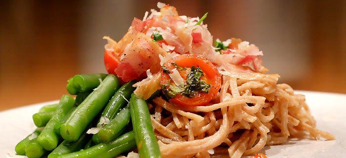 Spaghetti met sperziebonen, tomaatjes uit de oven en pancetta