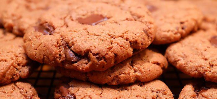 Robuuste chocoladekoeken met Nutella en stukjes chocola