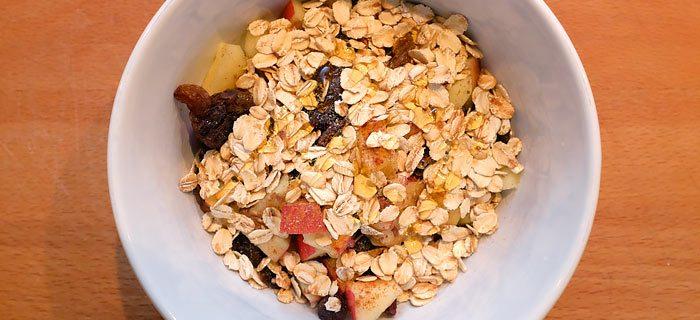 Gezonde start met yoghurt, appel, rozijnen en kaneel