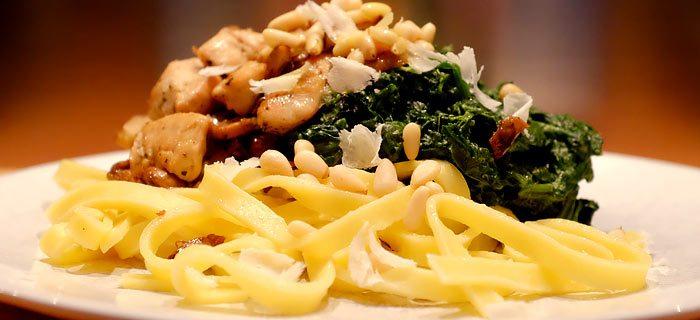Pasta met spinazie à la crème en Italiaans gekruide kip