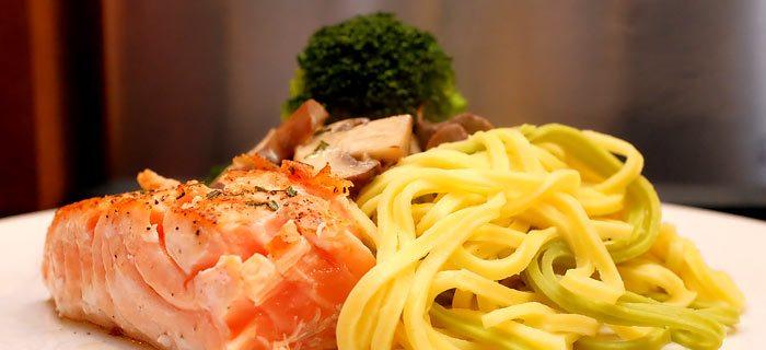 Pasta met broccoliroosjes, champignons in roomsaus en gegrilde zalm