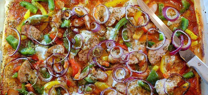 Pizza Met Paprika Gerookte Kip En Mozzarella Kookideenl