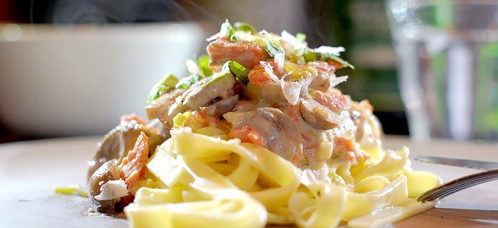 Romige pasta met prei, champignons en gerookte wilde zalm