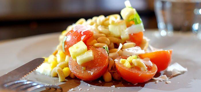Een snelle pastasalade met gerookte kipfilet