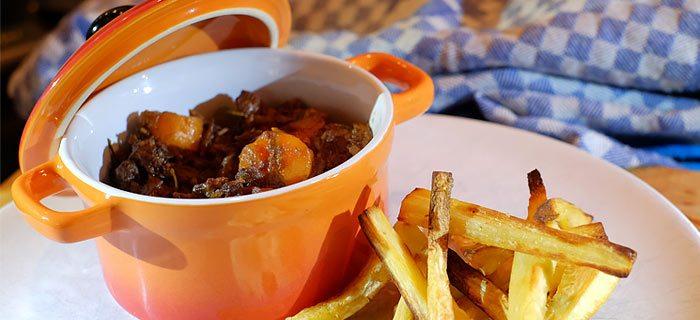 Een heerlijk stoofpannetje met rundvlees, bospeen en pastinaakfrietjes