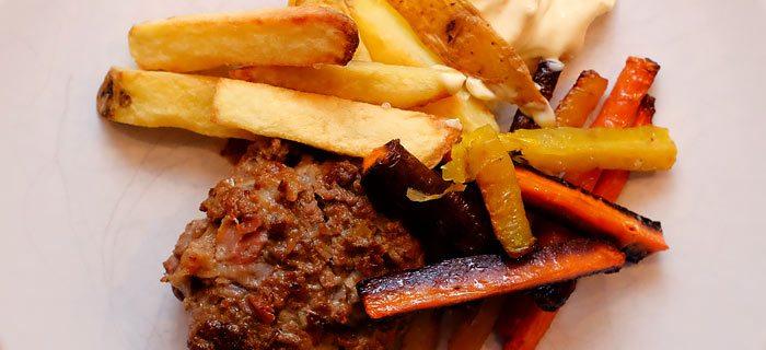 Makkelijke wortelfrietjes met een Italiaanse hamburger