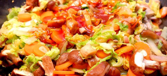 Wraps met zoetzuur roergebakken Chinese kool, shiitake en varkenshaas