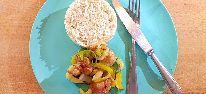 Basmati rijst met gemarineerde kippendij en roerbakgroente