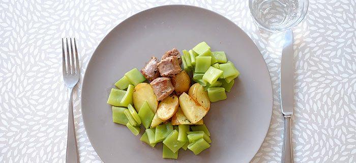 Snijbonen met gekruide aardappeltjes en saucijs uit de oven
