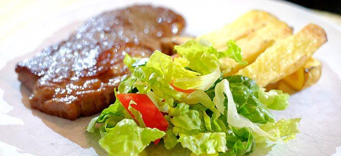 Entrecote, ambachtelijke friet en een knapperige salade