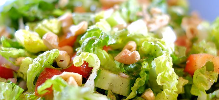 Knapperige salade met baby romaine en cashewnoten