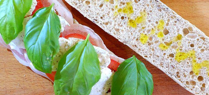 Panini met pancetta, mozzarella en tomaat