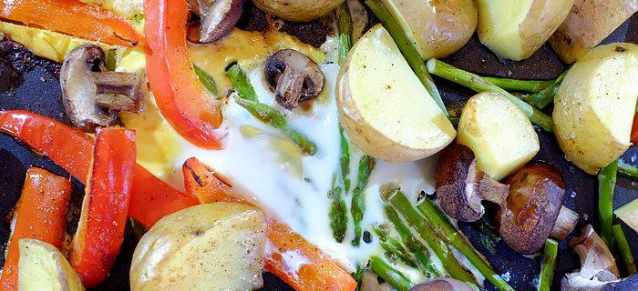 Makkelijke traybake met aspergetips, paprika, aardappeltjes en ei
