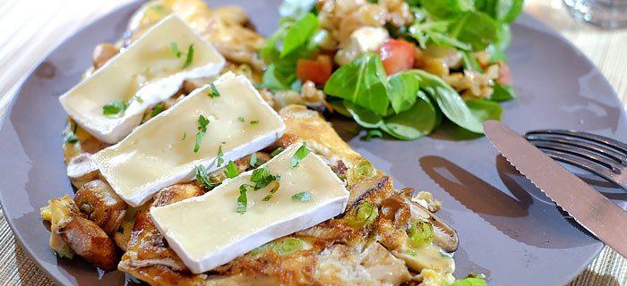 Gemengde paddenstoelen omelet met brie