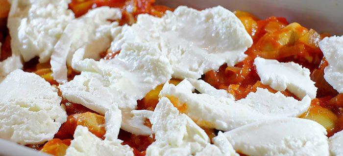 Een goedgevulde lasagne met groenten en kip