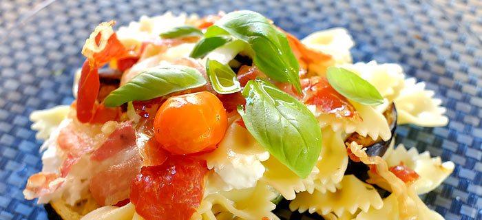 Pasta met gegrilde groenten, knapperige parmaham en pancetta