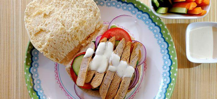 Pitabroodjes met varkensreepjes, slamelange en yoghurt-mayonaise