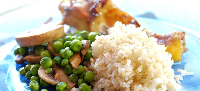 Rijst met sesamkip, doperwtjes en champignons