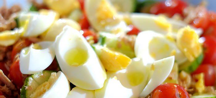 Een snelle pastasalade met tomaat, komkommer en tonijn