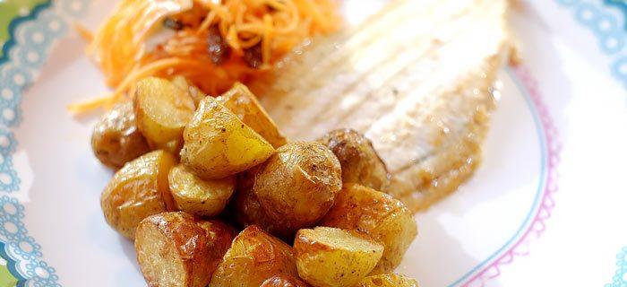 Gebakken sliptongetjes, wortelsalade en paprikakrieltjes