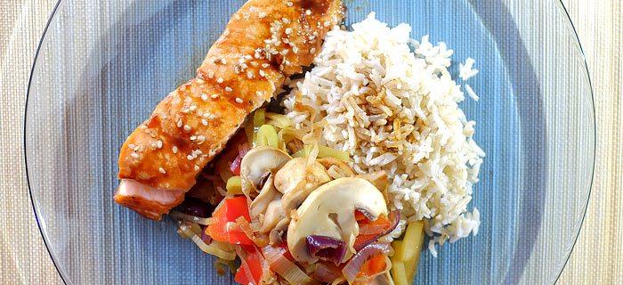Zoete Oosterse zalm uit de oven met roergebakken groenten en rijst