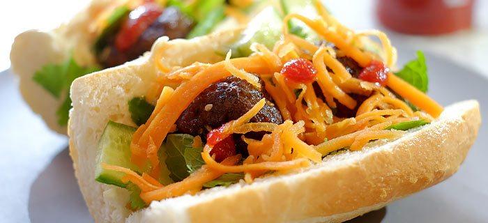 Bánh mi: stokbroodje met gehaktballetjes en zoetzure wortel