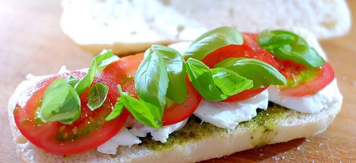 Ciabatta caprese met pesto, tomaat en mozzarella