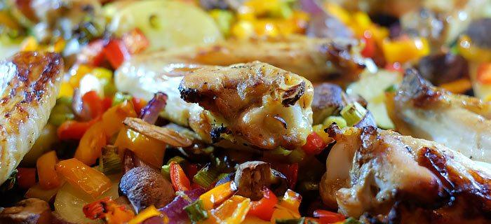 Traybake met zoete kippenvleugeltjes en gegrilde groenten