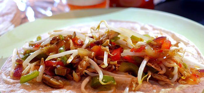 Wraps met pulled chicken en roergebakken groenten