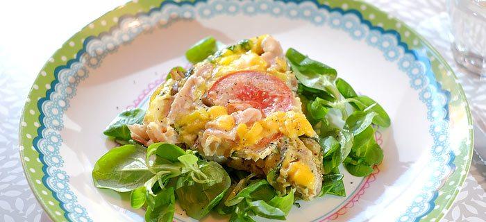 Makkelijke groente omelet met cheddar en bacon en veldsla